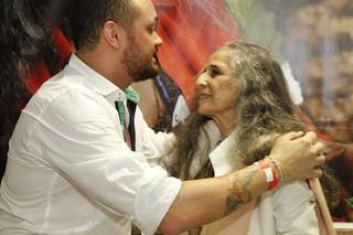 Leandro Vieira e Maria Bethânia (Foto: Reprodução/Facebook)