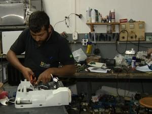 Consertos de produtos reduzem gastos e geram economia  (Foto: Reprodução EPTV)
