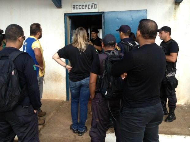 Agentes penitenciários estão sendo impedidos de entrar no presídio Urso Branco desde a tomada das unidades pela Polícia Militar (Foto: Vanessa Vasconcelos/G1)
