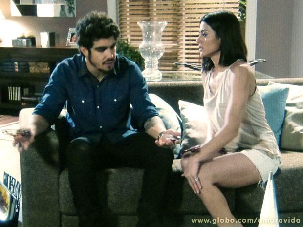 Michel tenta convencer Silvia de que está apaixonado por Patrícia (Foto: Amor à Vida/TV Globo)