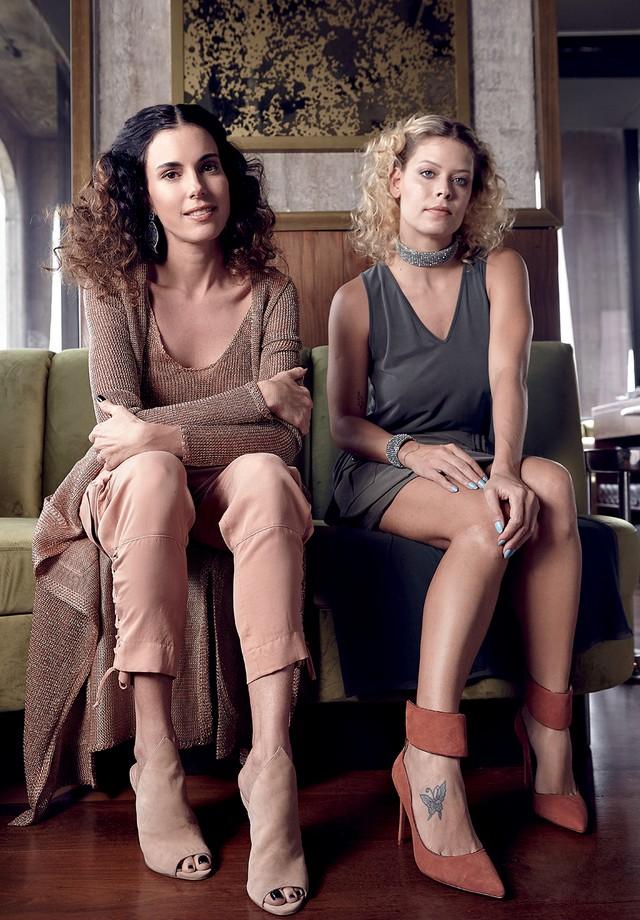 À esquerda, Raquel Correa usa cardigã (R$ 998), top (R$ 598), calça (R$ 1.198) e sandálias (R$ 798), com brincos da sua marca. À direita, Guta Virtuoso usa top (R$ 398), saia (R$ 1.198), choker (R$ 1.298), bracelete (R$ 358) e sapatos (R$ 898). Todas as p (Foto: Vivi Bacco)