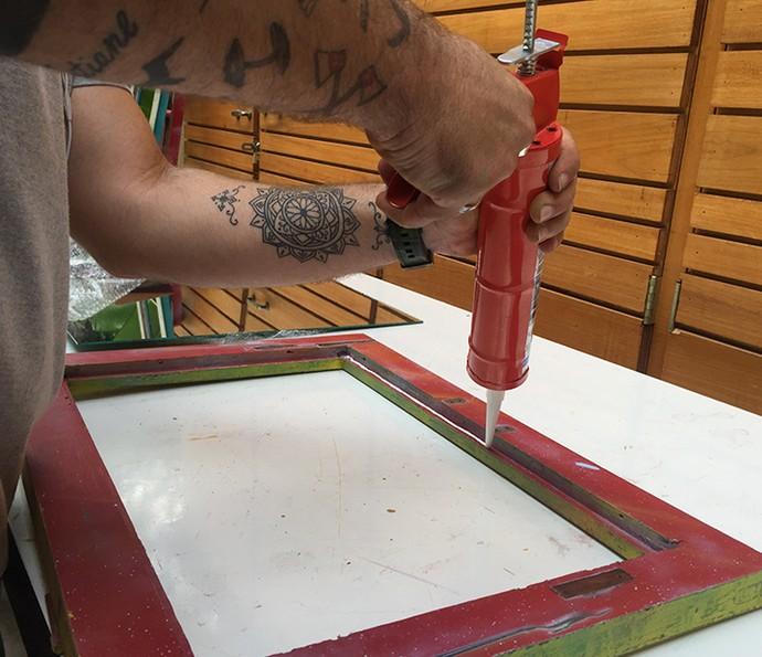 Aplique a cola de silicone na parte de trás da janela para colocar o espelho (Foto: Gabi Freitas / Gshow)