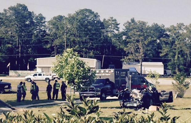 Imagens feitas por testemunha da chegada do socorro após acidente com carro da Tesla (Foto: Robert VanKavelaar/Reuters)