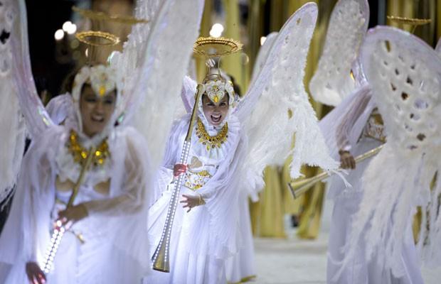 Foliões vestidos como anjos desfilaram da escola de samba argentina Ara Yevi, que teve como tema em 2015 o Papa Francisco. (Foto: Natacha PIsarenko/AP)