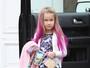 Filha de Tori Spelling aparece com mechas rosas no cabelo