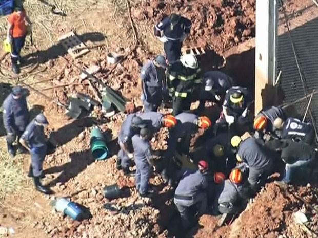 Equipes de resgate retiram vítima de desabamento em Santo André (Foto: TV Globo/Reprodução)