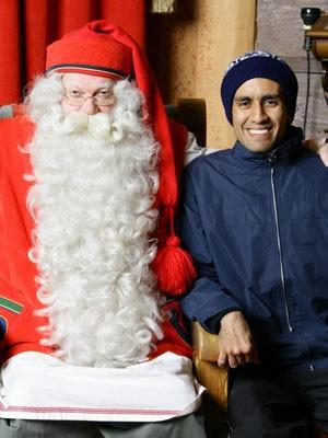 Brasileiro fica emociona ao conhecer Papai Noel no Polo Norte (Foto: Alexandre Lopes/G1)