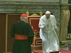Tropeço Papa Francisco (Foto: Reprodução/TV Globo)