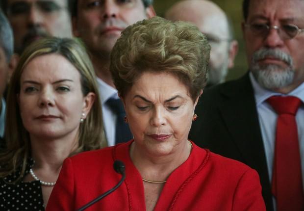Dilma Rousseff lê sua carta de despedida após aprovação do impeacht no Palácio da Alvorada (Foto: Mario Tama/Getty Images)