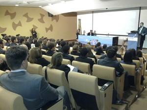 Estudantes participantes do Parlamento Jovem Brasileiro assistem a palestra na Câmara Federal (Foto: Brenda Brandão/ G1)
