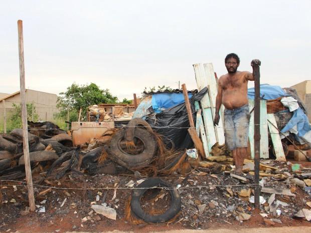 Homem mora dentro de Kombi depois de ter casa incendiada em MS (Foto: Gabriela Pavão/ G1 MS)