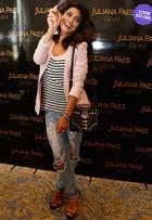 Look do dia: Juliana Paes usa calça destroyed em lançamento de perfume