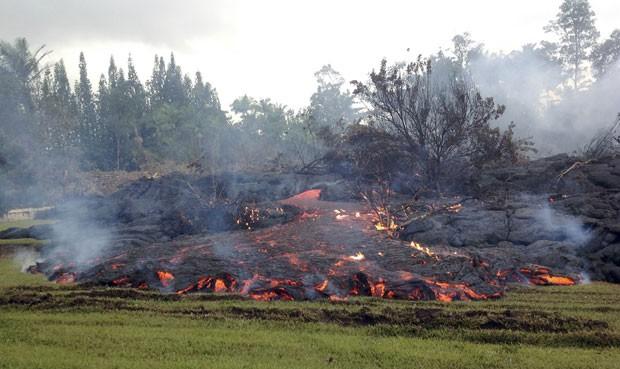 Lava do vulcão Kilauea é vista perto da vila de Pahoa, no Havaí, neste domingo (2) (Foto: USGS/Handout via Reuters )