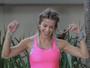 Karina Bacchi mostra barriga sequinha durante bazar beneficente