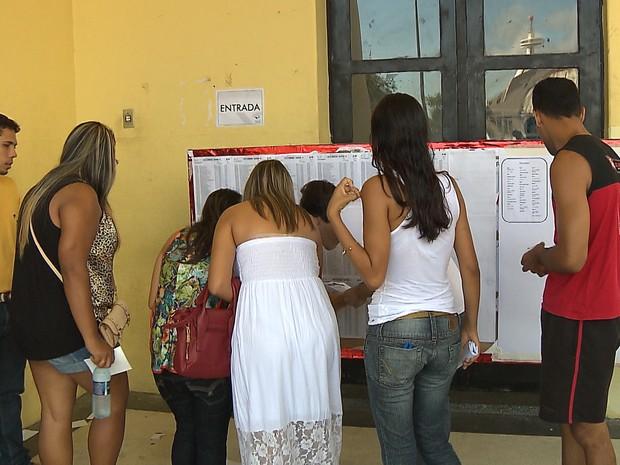 Candidatos do concurso da Prefeitura de João Pessoa conferem a sala onde farão prova neste domingo (12) (Foto: Reprodução / TV Cabo Branco)