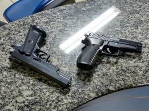 Réplicas de pistolas apreendidas com dupla (Foto: Divulgação/Polícia Militar)