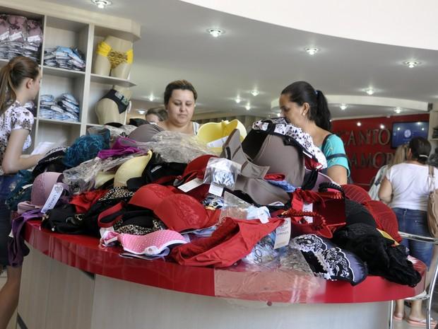 Clientes lotam as lojas de Juruaia em busca de descontos (Foto  Divulgação) 7dba8d03830