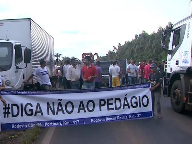 Manifestantes fecharam trecho da Rodovia Cândido Portinari, em Cristais Paulista (SP), contra possível instalação de pedágio (Foto: Reprodução/EPTV)