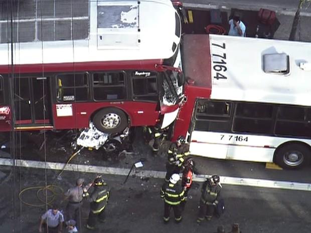 Acidente entre ônibus na Avenida Vereador José Diniz (Foto: Reprodução/TV Globo)