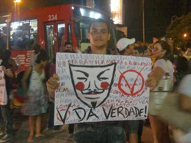 Grupo exibe faixas e cartazes em ato no Centro (Foto: Luna Markman/G1)