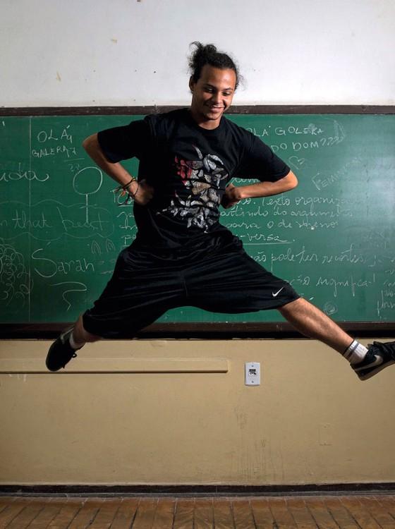 Paulo Rogério,17 anos,estuda no 3 ano do ensino médio.É participant  e defensor da ocupaçãp (Foto:  Emiliano Capozoli/ÉPOCA)