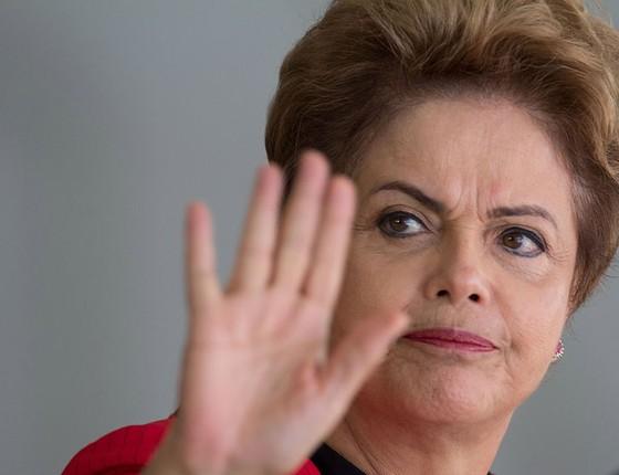 Dilma Rousseff acena para o público em evento em Brasília. Julho de 2015 (Foto: AP Photo/Joedson Alves, File)