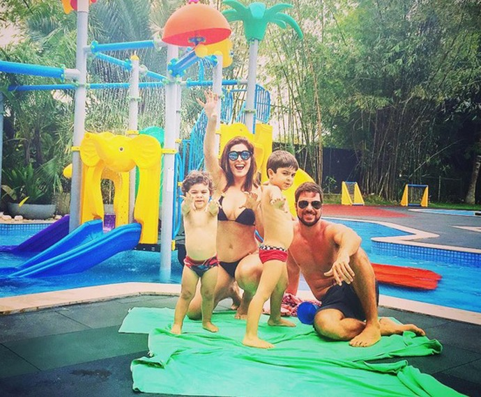 Juliana Paes exibe corpão em foto com a família (Foto: Arquivo Pessoal)