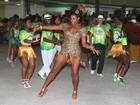 Cris Vianna arrasa e cai no samba ao lado do namorado em escola no Rio