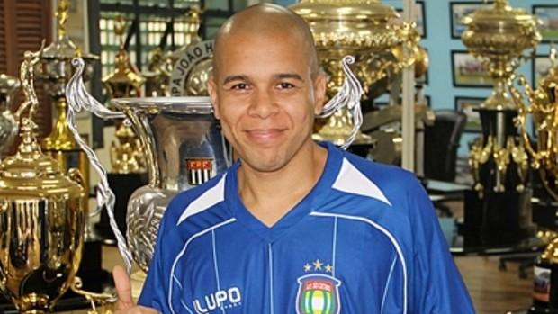 lateral-esquerdo Fernandinho com a camisa do São Caetano (Foto: Divulgação/Twitter oficial do São Caetano)