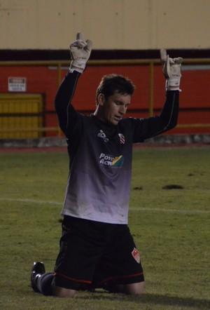 Goleiro Douglas, do Rio Branco, vibra com a primeira vitória (Foto: Wescley Camelo)
