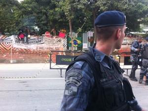 PM cerca museu ocupado por índios no Maracanã, na Zona Norte do Rio (Foto: Isabela Marinho/G1)
