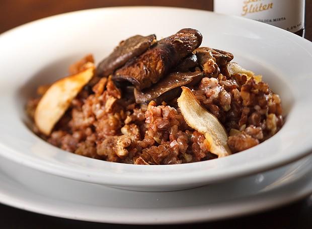 Risoto de arroz vermelho, shiitake, pera e gorgonzola