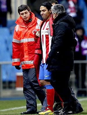 Falcao Garcia deixa o campo machucado no jogo do Atlético de Madri contra o Levante (Foto: EFE)