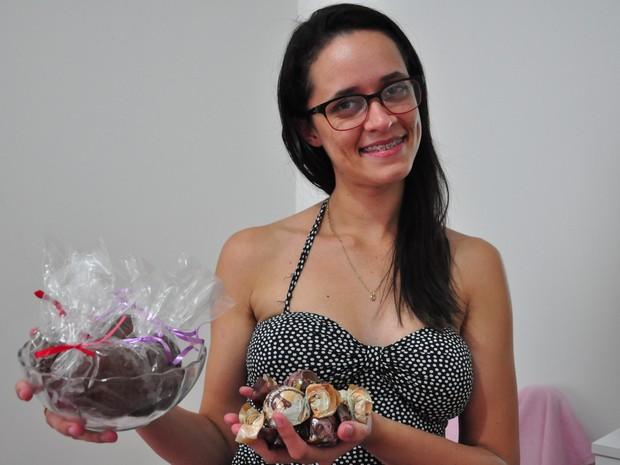 Ela ganha R$ 500 por mês com a venda de doces (Foto: André Souza/ G1)