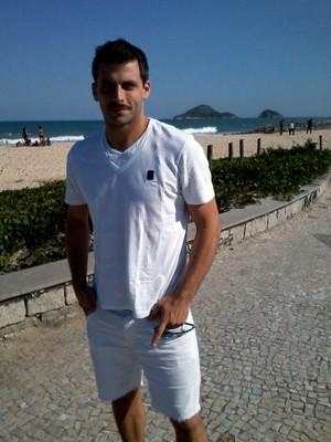 Henri Catelli chega de bermudinha e camisa brancas (Foto: Gabriela / TV Globo)