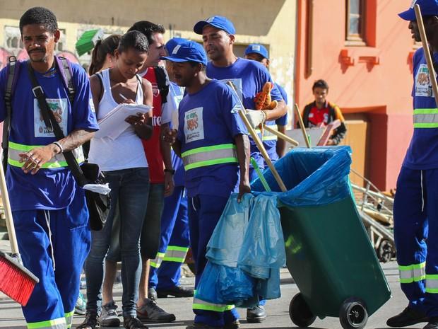 Dependentes químicos, incluídos no programa Operação de Braços Abertos, fazem limpeza na região conhecida como Cracolândia, em São Paulo (SP), na manhã desta sexta-feira (24).  (Foto: Dario Oliveira/Futura Press/Estadão Conteúdo)