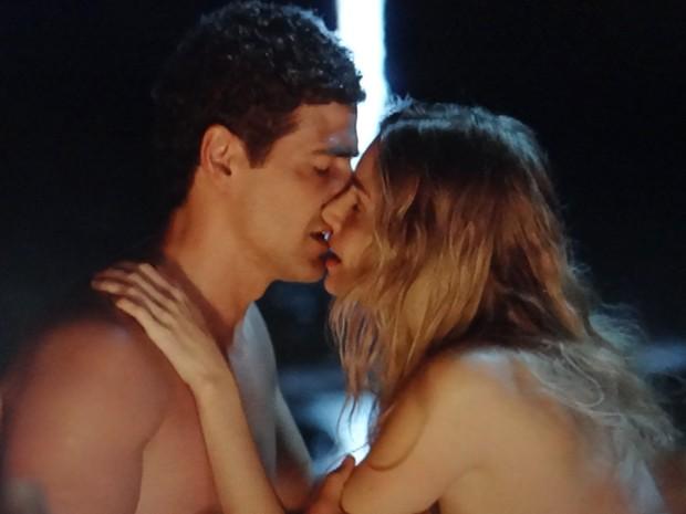 Diante da fogueira, Analú e Nando se beijam (Foto: Guerra dos Sexos / TV Globo)