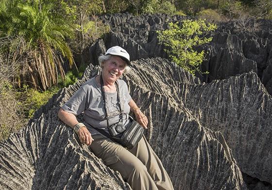 Nada mais justo que descansar um pouco, mesmo se sentada em pedras pontiagudas  (Foto: © Haroldo Castro/Época)