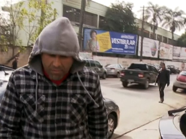 Vereador Raimundo César Faustino, de Francisco Morato, chega a delegacia (Foto: Reprodução/TV Globo)
