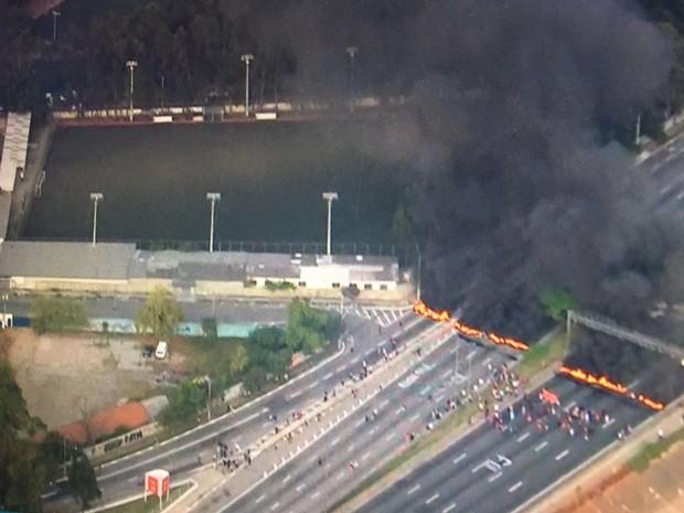 Manifestantes interditam Marginal Tietê (Foto: Reprodução/TV Globo)