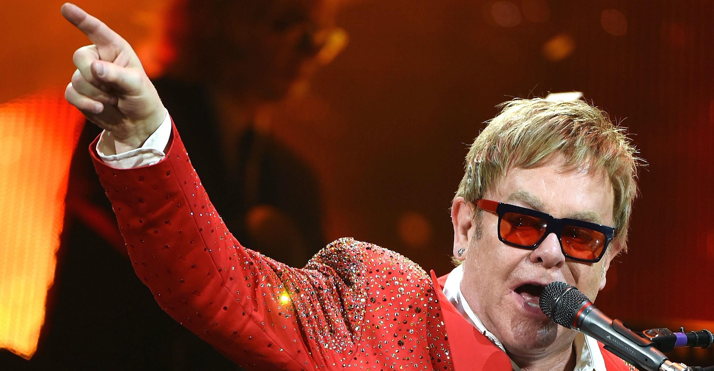 Elton John resolve boicotar grife após estilistas se colocarem contra adoção por casais gays