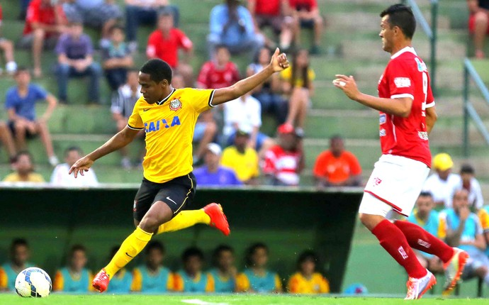 Elias amistoso Corinthians e Uberaba (Foto: Célio Messias / Agencia estado)