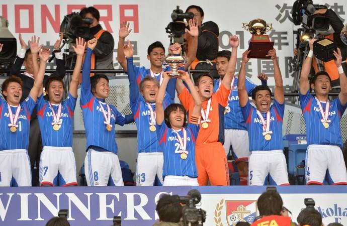 Yokohama Marinos comemoração taça (Foto: AFP)
