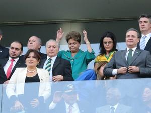 A presidente Dilma Rousseff cruza os dedos desejando sorte no jogo de abertura da Copa do Mundo Fifa 2014 (Foto: José Patrício/Estadão Conteúdo)