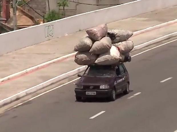 Carro com excesso de carga é visto na Via Expressa, em Salvador. Bahia (Foto: Reprodução/ TV Bahia)