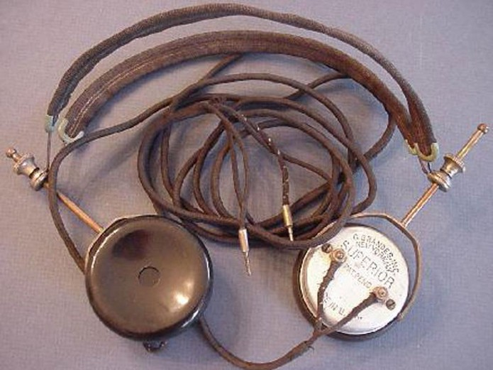 Fones de ouvido antigos eram grandes e com almofadas nas extremidades (Foto: Divulgação/afflictor.com)