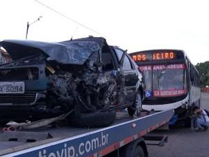 Motorista ficou preso nas ferragens do veículo com o acidente. Santa Bárbara Mosqueiro (Foto: Álvaro Ribeiro/ TV Liberal)
