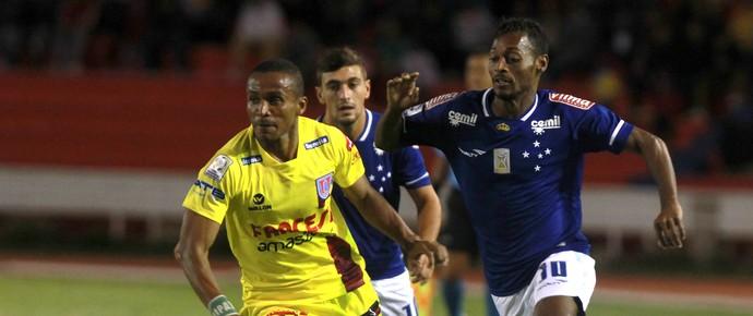 Ballivian e Marquinhos, Cruzeiro x Universitário de Sucre (Foto: EFE)