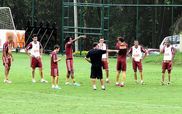 jogadores reunidos no treino do Atlético-MG (Foto: Fernando Martins / Globoesporte.com)