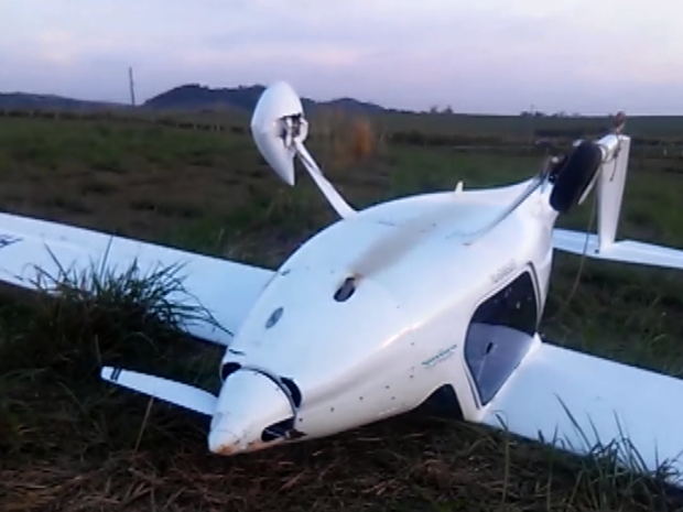 Avião tombado após pouso forçado em Itapira, SP (Foto: Reprodução/ EPTV)